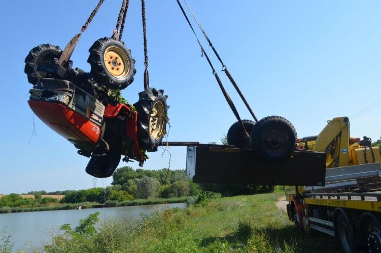 Halastóba fulladt a traktor vezetője