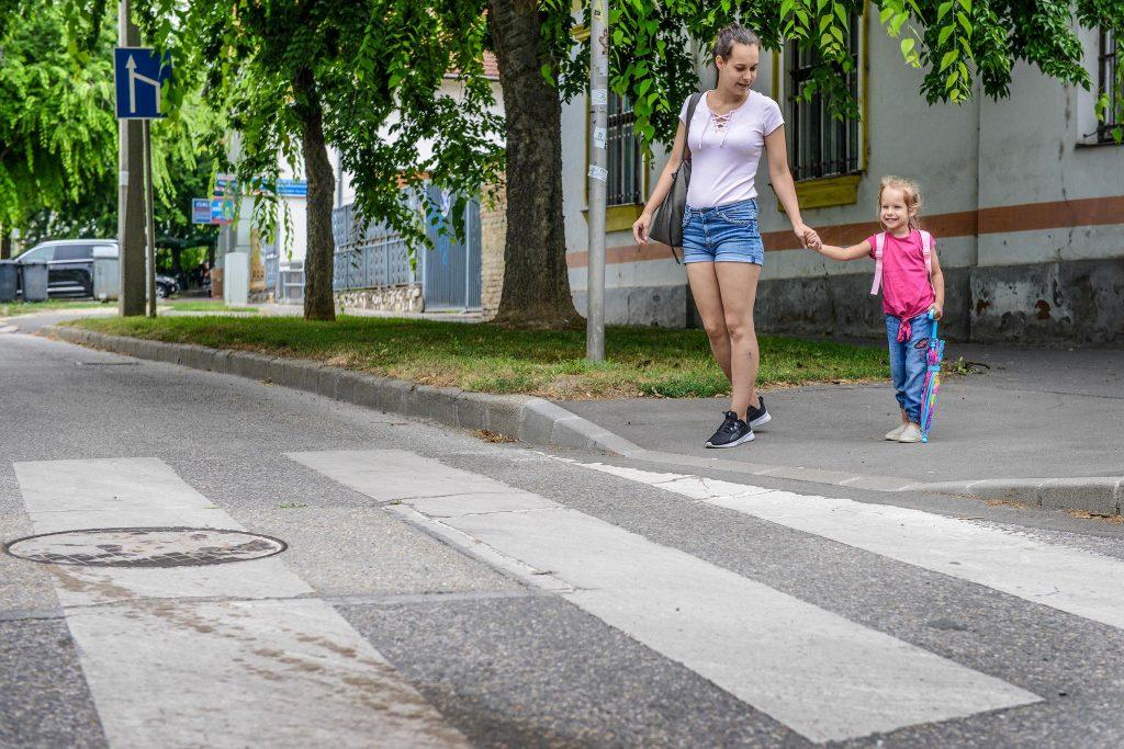 Biztonságosabban közlekednek a mozgáskorlátozottak, idősek és a kismamák