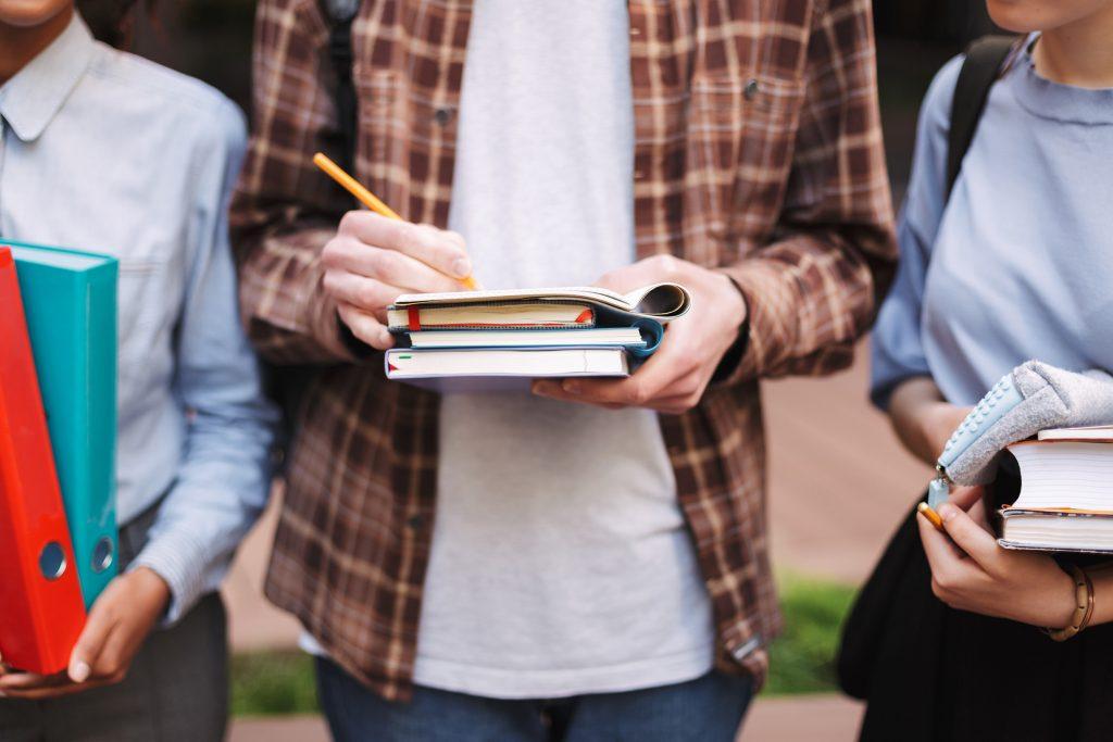 Már szállítják a tankönyveket a szekszárdi iskolákba