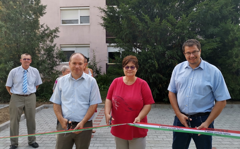 Nyolc beállásos parkolót adtak át a Fáy Lakótelepen élőknek