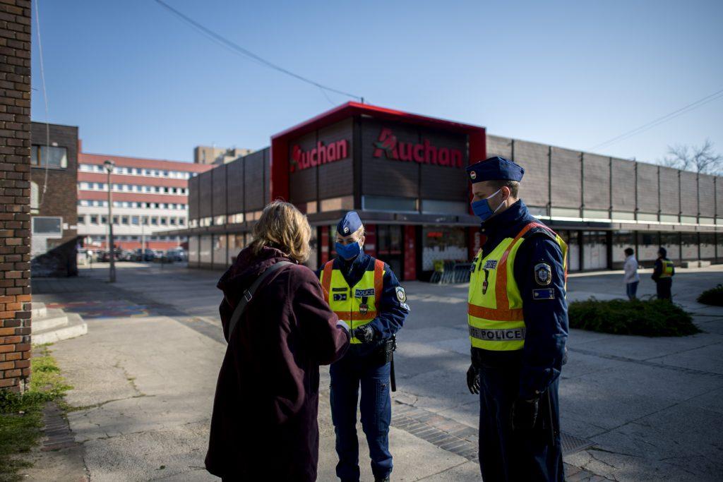 Rendőrök igazoltatják  Szekszárdon szupermarketeknél a vásárlókat
